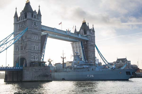 Schleswig Holstein leaving through Tower Bridge - Photo: Vickie Flores