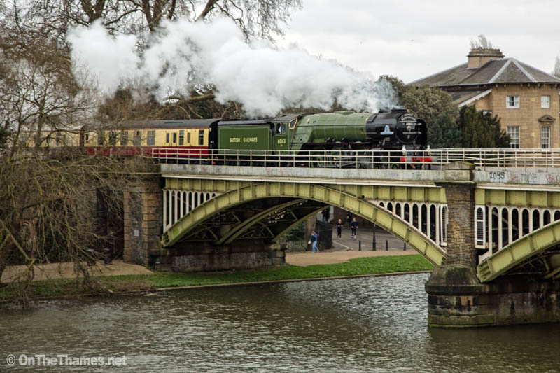 onthethames_steamtrain1